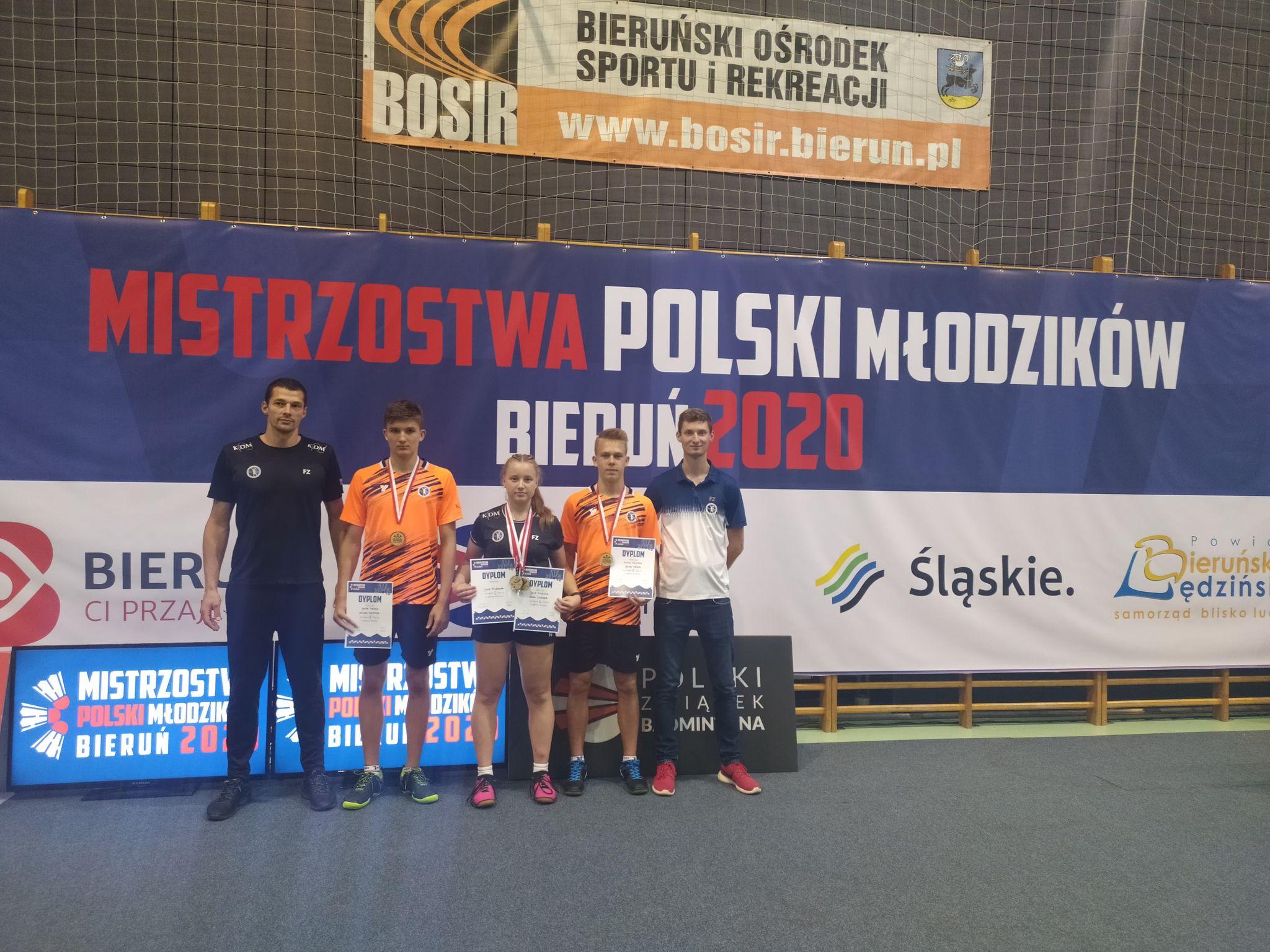 Zawodnicy klubu z Mazańcowic z medalami i dyplomami Mistrzostw Polski Młodzików w Badmintonie