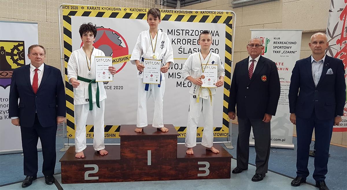 Wojtek podczas dekoracji, gdzie w kategorii kata wywalczył srebrny medal.