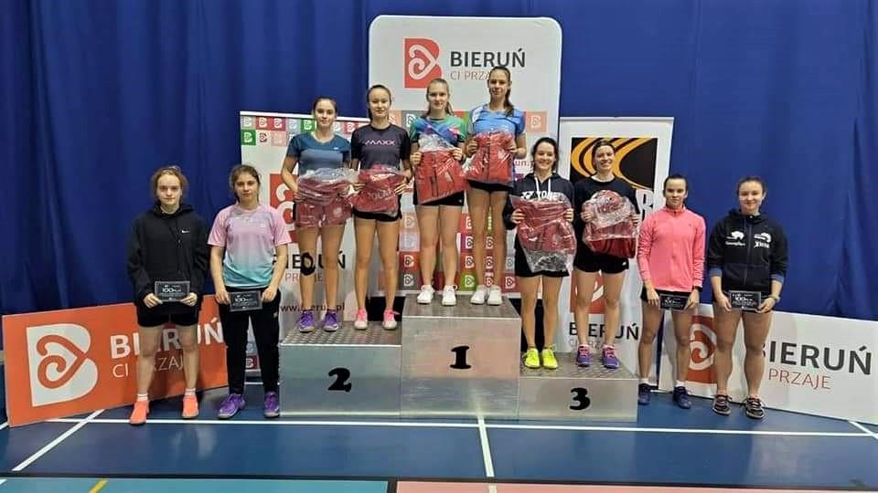 Zawodnicy przy wręczaniu nagród w zawodach badmintona.