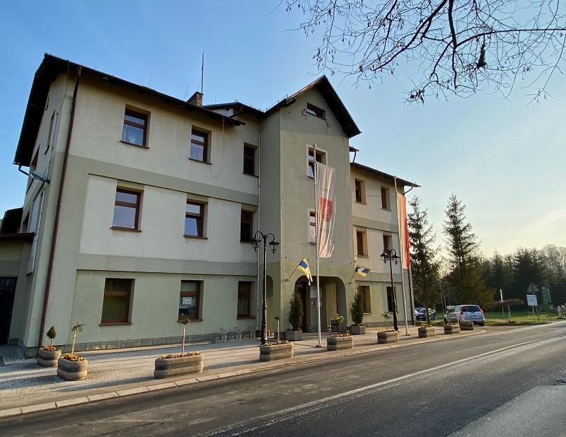 Budynek Urzędu Gminy Jasienica z flagami.