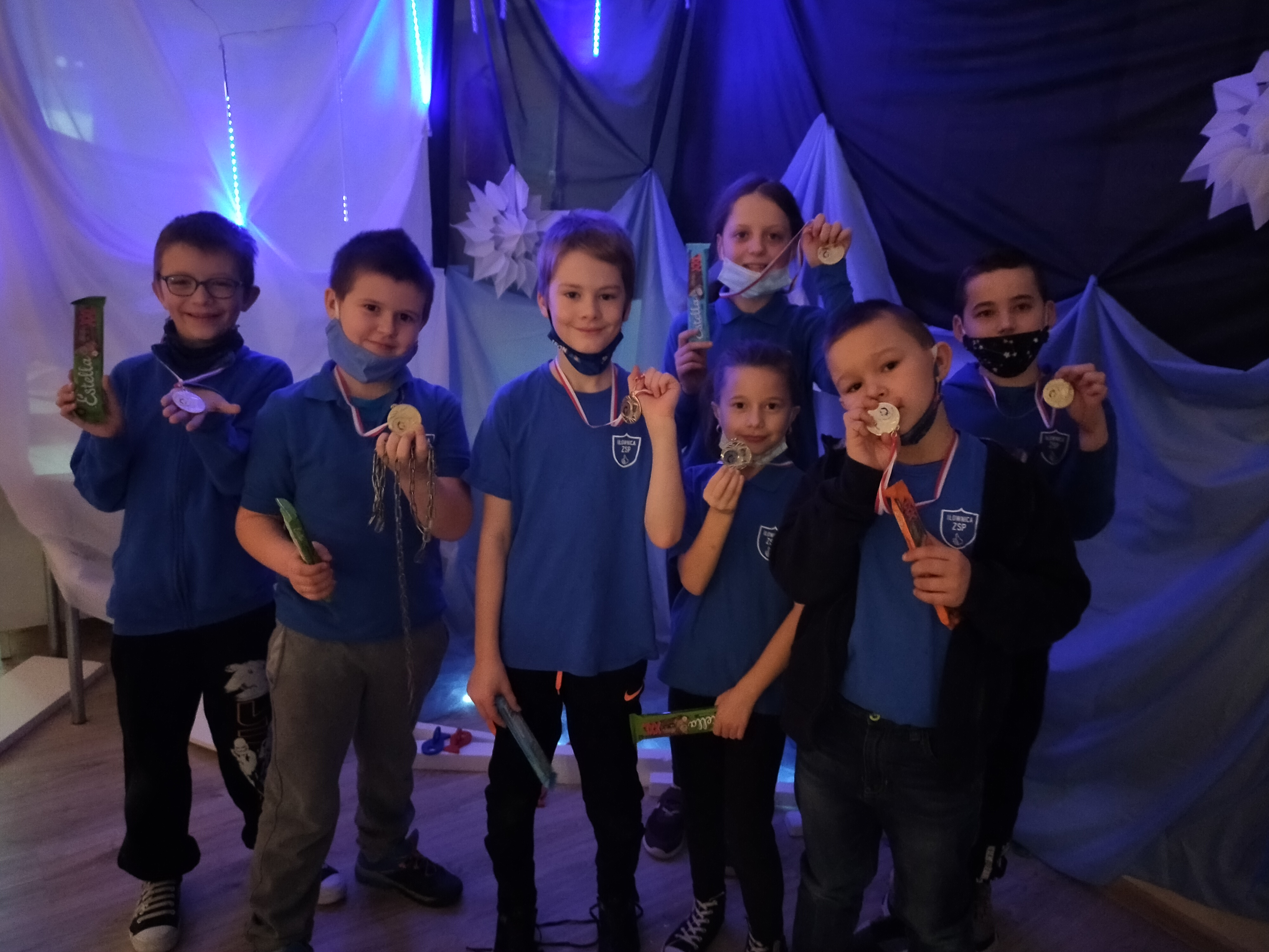 Uczniowie biorący udział w zabawie. W rękach trzymają medale.
