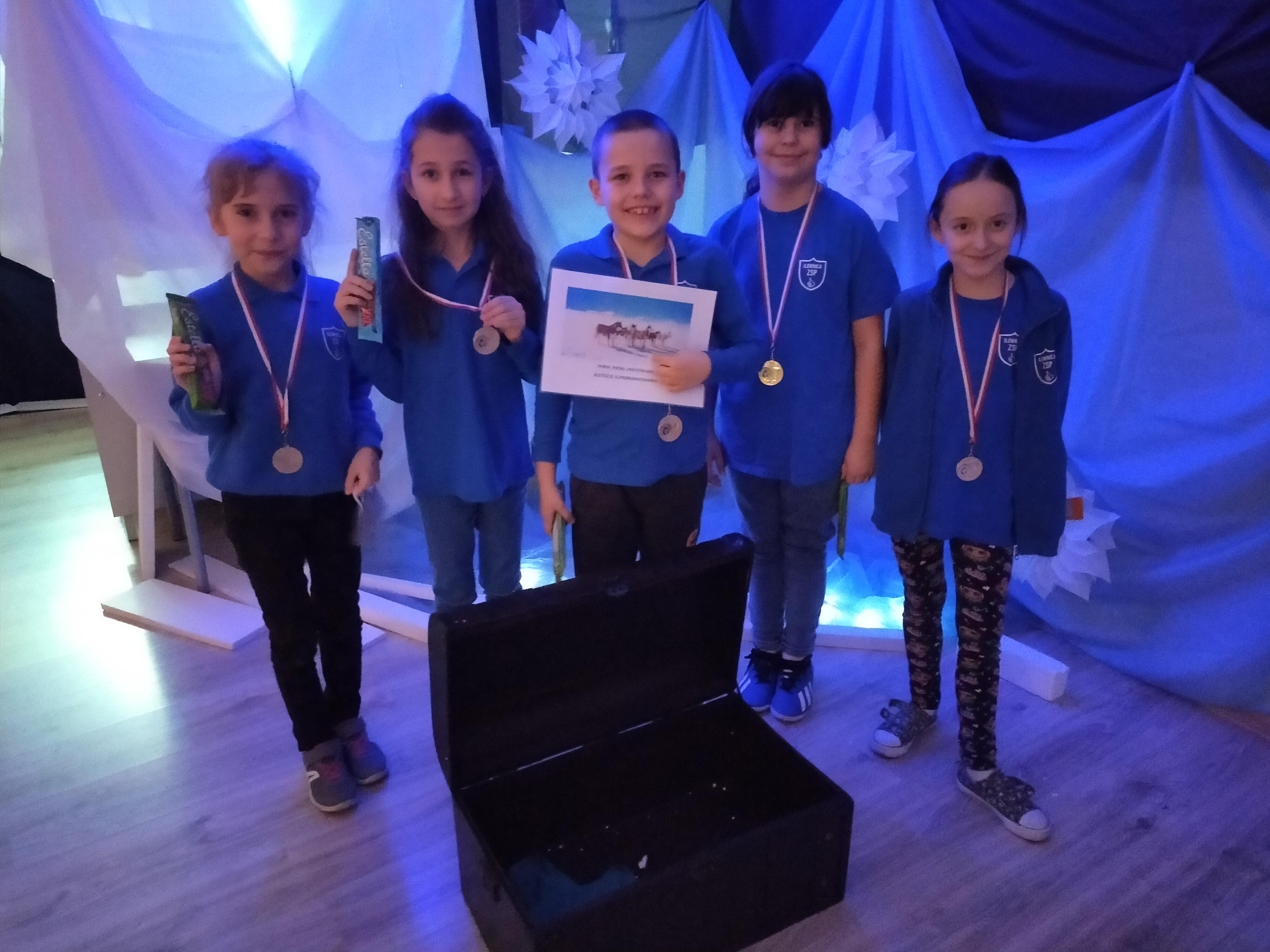 """Zadowolenie uczniów po otwarciu ostatniej skrzyni, w której ukryte były medale z napisem """"Misja Antarktyda""""."""