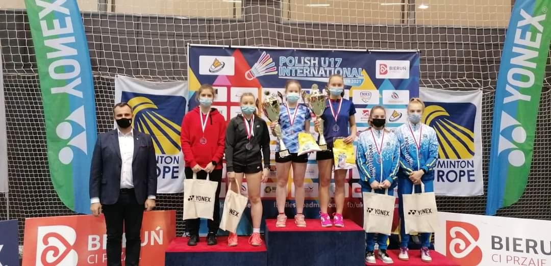 Podium wypełnione zawodnikami. Julia Piwowar w parze z Anną Czuchrą (UKS Unia Bieruń) srebrny medal