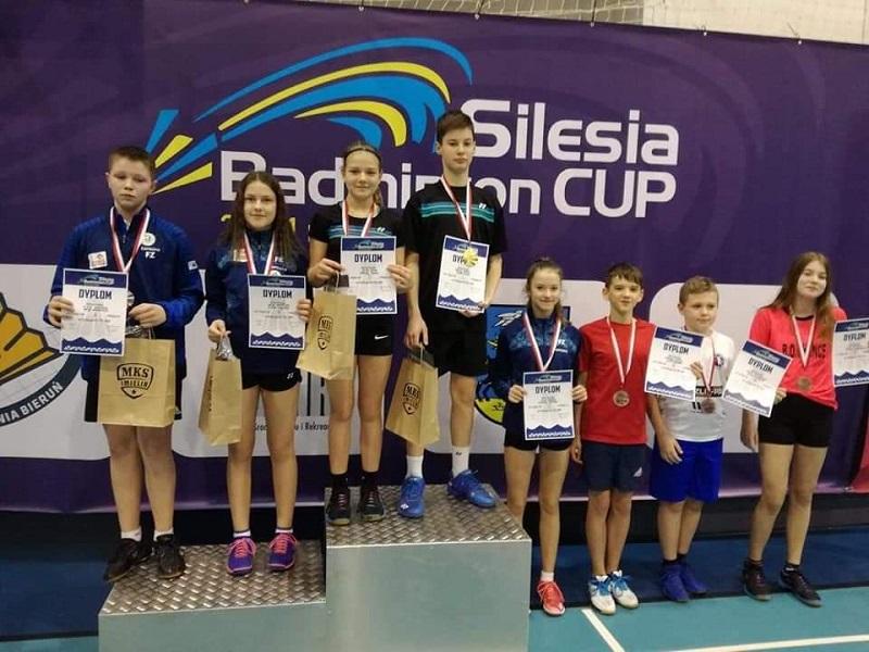 Zawodnicy na podium. Od lewej Patryk Kramarczyk w grze mieszanej z czeską partnerką Lucie Suhajovą wywalczyli brązowy medal w grze mieszanej.