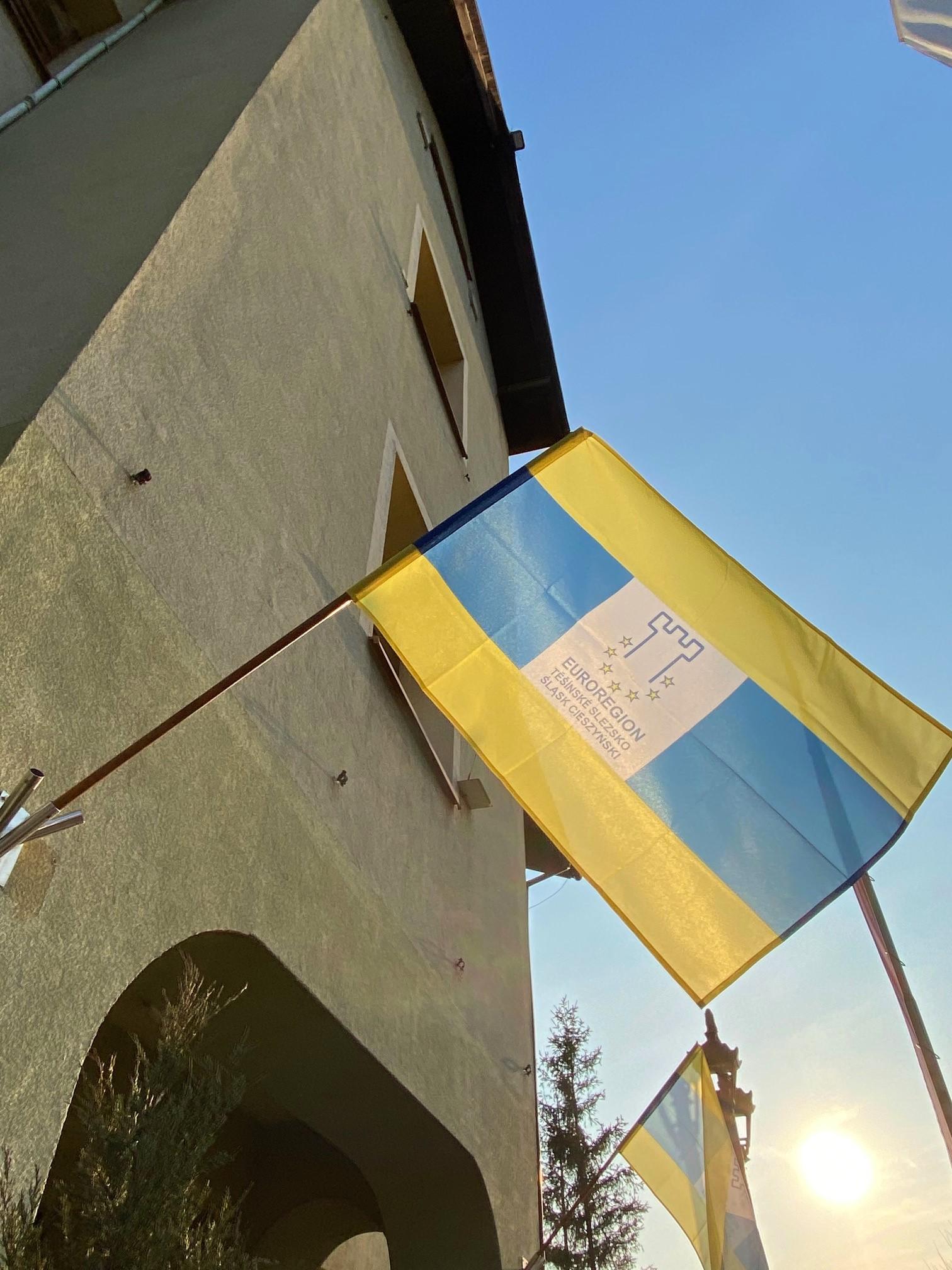 Flaga zawieszona na budynku Urzędu Gminy Jasienica.